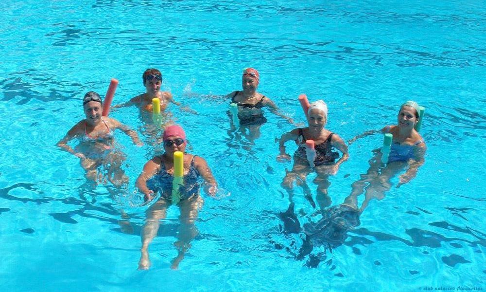 Ludique, efficace, douce et facile l'aquagym senior est recommandé à tous les âges pour retrouver dynamisme et vitalité