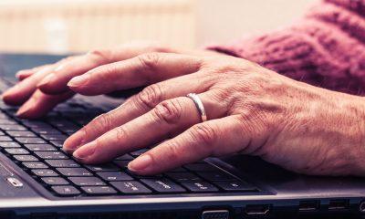 Des cours particuliers à domicile destinés aux seniors pour apprendre à utiliser internet sur un ordinateur et un smartphone à son rythme