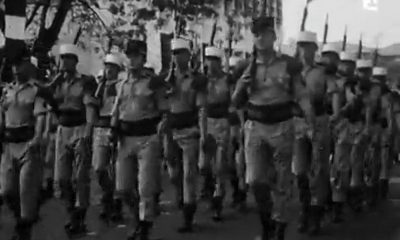 Cette vidéo en noir et blanc nous plonge dans les années 1970 où le défilé militaire et le défilé populaire se côtoyaient encore.