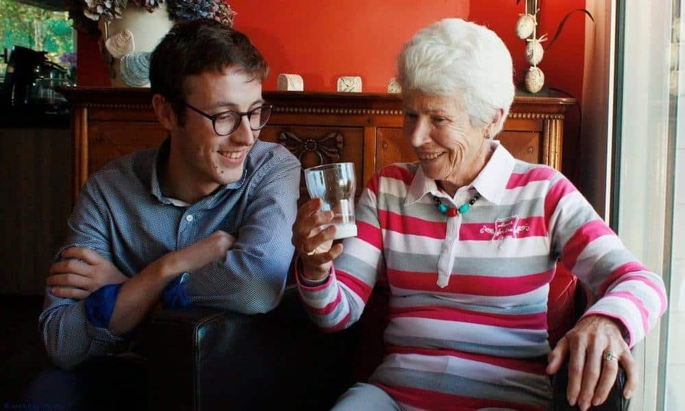 Auxivia, le verre intelligent des seniors qui oublient de boire de l'eau.
