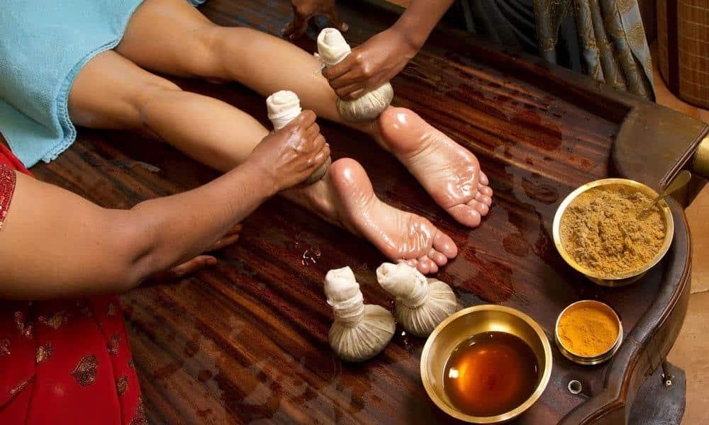 Idéale pour débarrasser le corps de ses toxines, le massage ayurvédique est recommandé aux quinquas et seniors