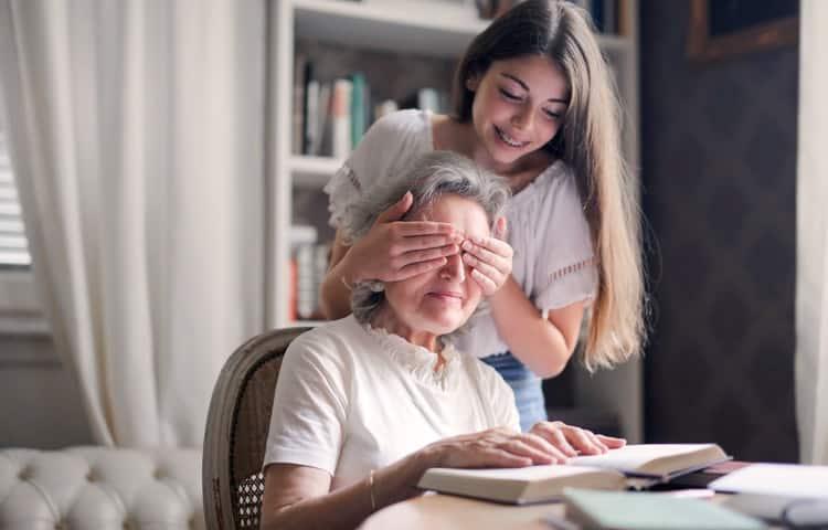 Une étude récente confirme que le fait de garder ses petits-enfants allonge l'espérance de vie. Alors ne vous privez plus !