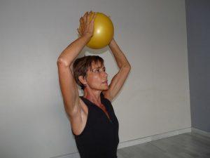 Au fil des années, la poitrine a tendance à s'affaisser. Isabelle Balland nous montre comment tonifier nos pectoraux facilement.