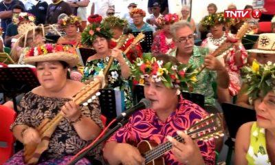 Démonstration de ukulele pendant les Championnats de va'a vitesse à Aorai Tini Hau