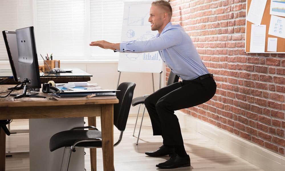 Rester assis lontemps devant un ordinateur peut générer destensions. Ces exercices à faire au bureau soulageront les douleurs du dos.