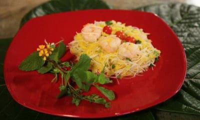 Maeva SHELTON nous montre sa recette de salade de mangue verte