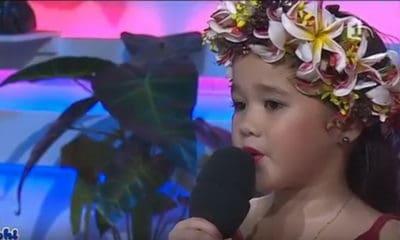 Cette magnifique petite fille interprète 'Āpepe, une chanson de Teiva LC.