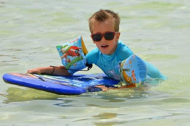 Un vêtement anti-UV est très efficace pour éviter les risques de cancer de la peau et d'hydrocution