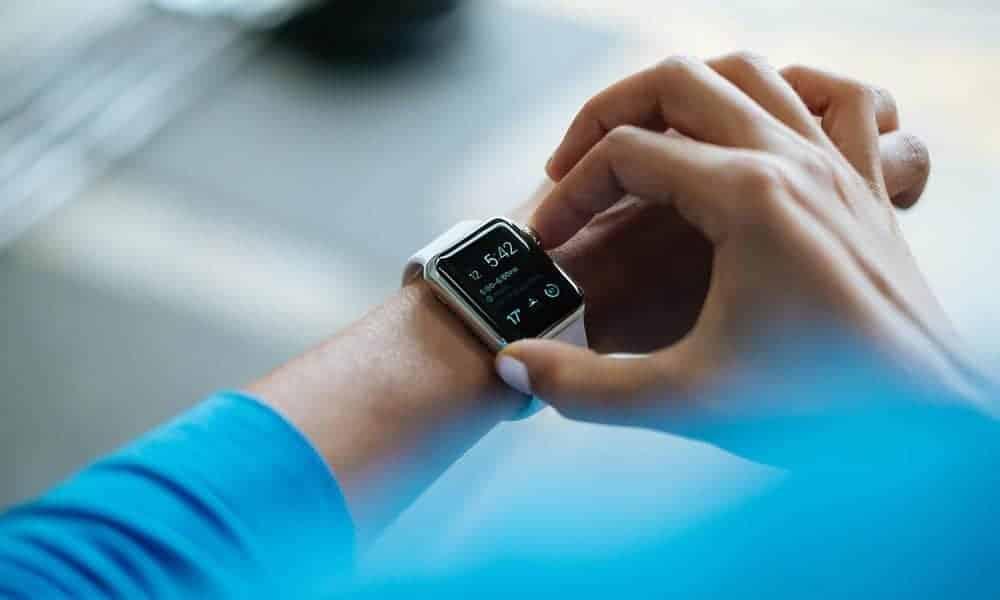 Tendance et utile à un senior sportif, le bracelet connecté rend bien des services pour surveiller sa santé