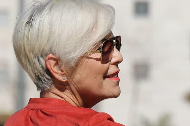 A l'approche de l'âge mûre, les quinquas et seniors peuvent être tentés de s'arracher les cheveux blancs