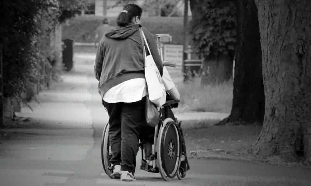 Pour retrouver une vie saine, un aidant familial est indispensable à un senior
