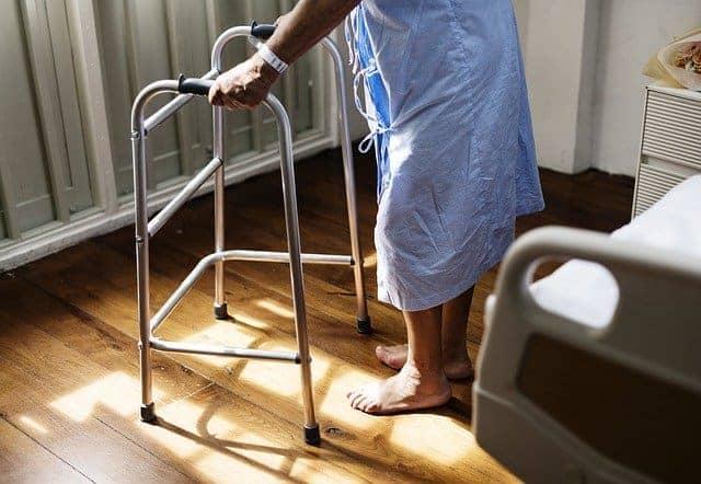 En avançant dans l'âge, les risques de chutes des seniors augmentent.
