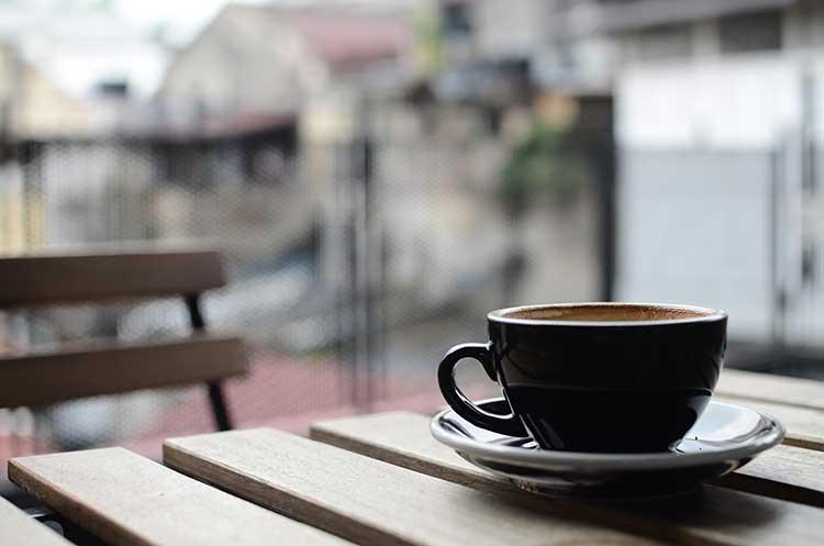 Boire du café quand on a de l'hypertension n'est pas recommandé aux quinquas et seniors.