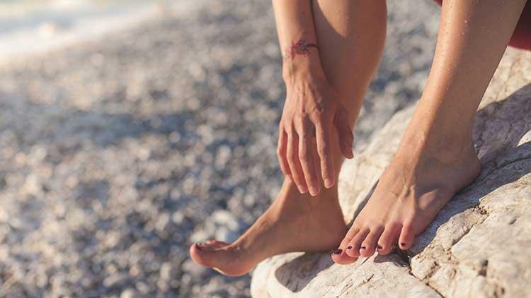 Pour maintenir une bonne mobilité après 50 ans, prendre soin de ses pieds est essentielle.