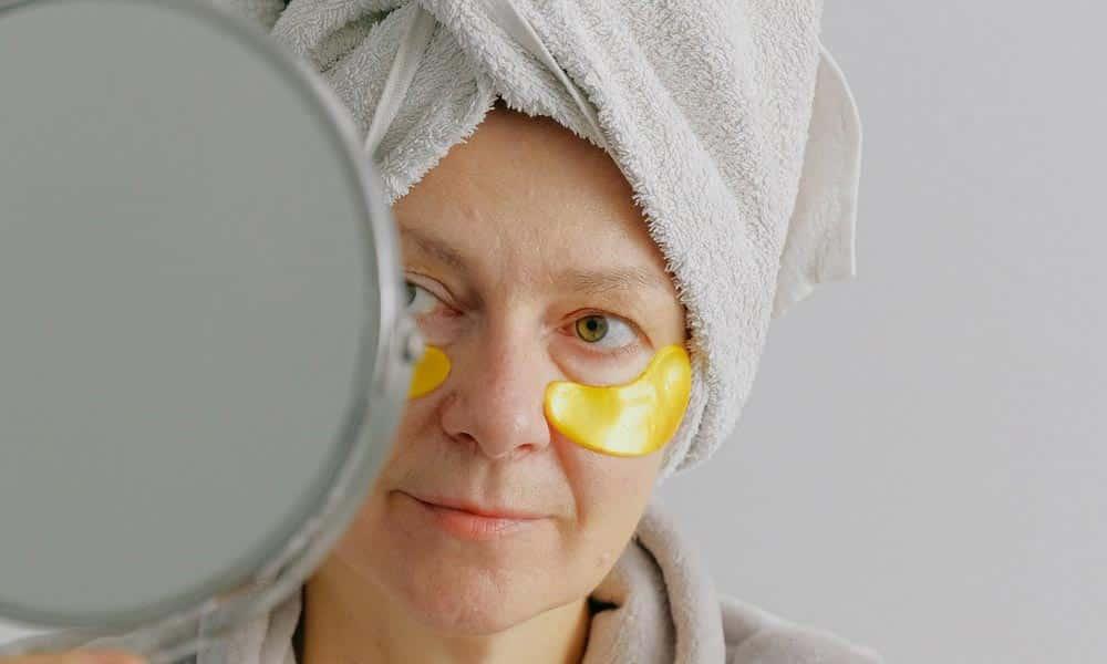 Garder une belle peau après 50 ans demande un minimum de soin. Découvrez-les dans cet article.