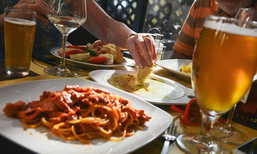 Après 50 ans, il est important pour les quinquas et seniors d'éviter certains aliments mauvais pour la santé.