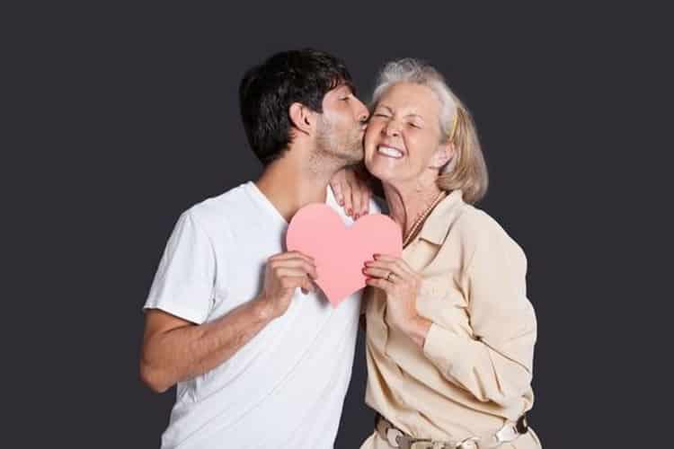 Pour une cougar, les femmes de plus de 50 ans qui veulent sortir avec un homme plus jeune c'est tendance. Mais est-ce durable ?