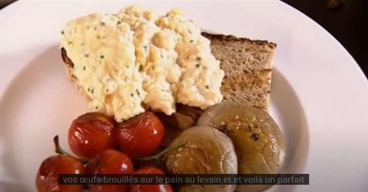 Servies au petit déjeuner ou pour bruncher le week-end, les œufs brouillés sont un must. Gordon Ramsay nous livre sa recette.