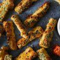 Légers et faciles à digérer, ces bâtonnets de courgettes panés au four sans huile sont délicieux servis à l'apéro.