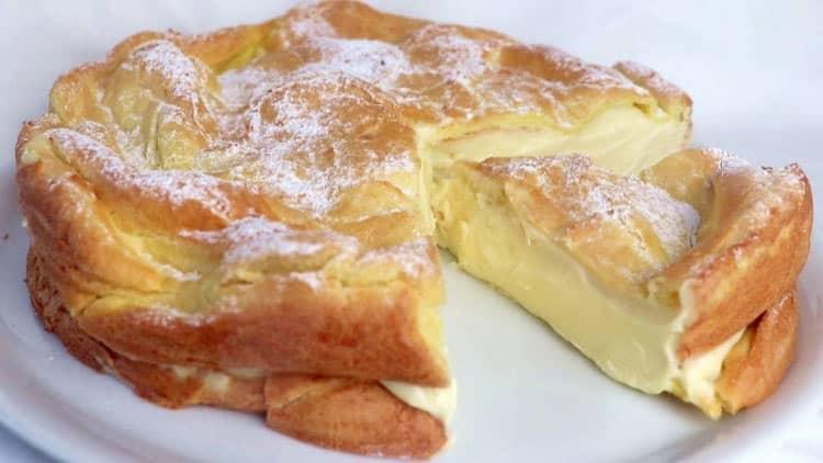 Composé de deux couches de pâte à chou et d'une couche de crème à la vanille, ce gâteau fondant des Carpates va vous surprendre.