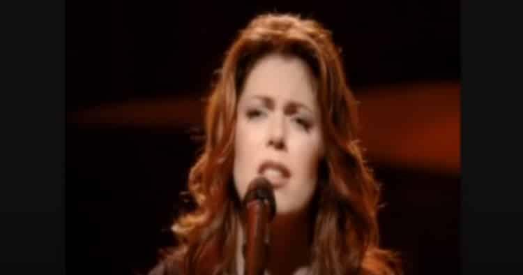 Isabelle Boulay interpète « Et maintenant que vais-je faire », une célèbre chanson rendue populaire par Gilbert Bécaud.