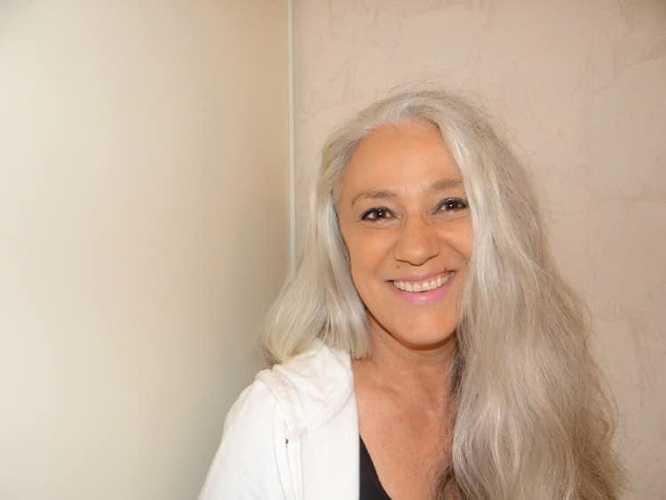 Si vous aussi, vous souhaitez porter fièrement vos cheveux blancs et assumer votre âge, suivez nos conseils et astuces.