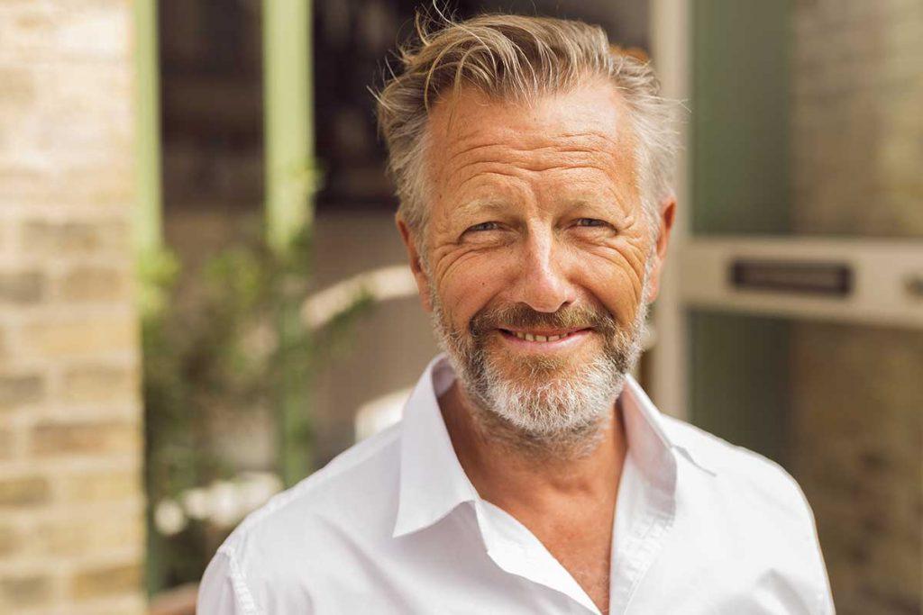 À mesure que les hommes approchent de la cinquantaine, nombreux sont ceux qui ont tendance à abandonner leur apparence.