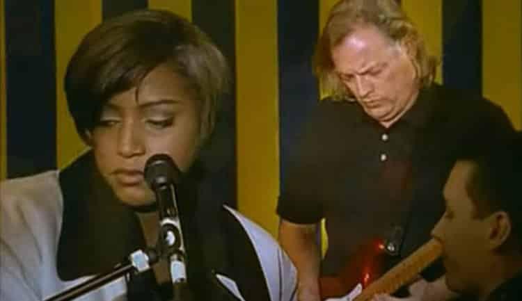 Accompagnée de David Gilmour et Jools Holand, Mica Paris interprète I put a spell on you, une chanson de Jalacy Hawkins.