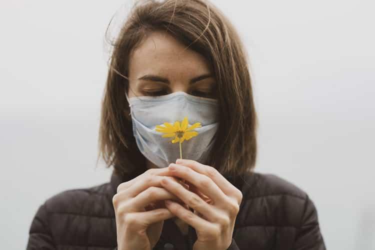 De nombreux patients atteints de la Covid-19 perdent leur sens olfactif. Heureusement, il est possible de soigner cette perte d'odorat.