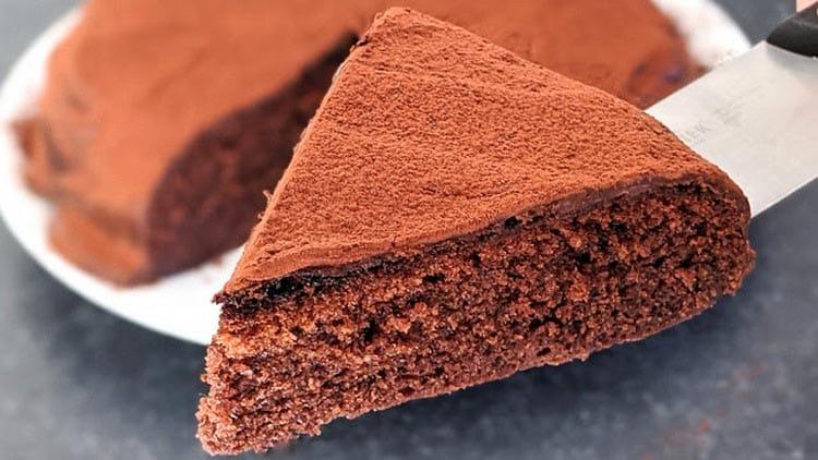 Un gâteau au chocolat cuit à la poèle, en voici une drôle d'idée. Pourtant, vous serez bluffé par son moelleux.