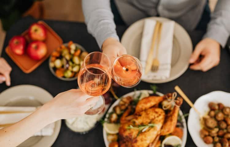 Pour éviter la gueule de bois, maux de ventre et prise de poids après les fêtes de fin d'année, il faut se préparer.