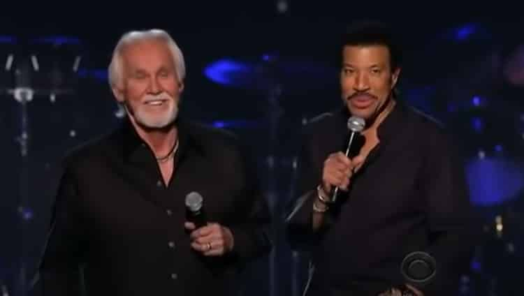 """Accompagné de son ami Lionel Richie -auteur de cette belle chanson à succès, Kenny Rogers interprète """"Lady""""."""
